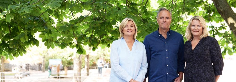 Porträtt på Ann-Sofie Svanfelt, Rikard Lidén & Liselotte Wahlund Swahn som står framför ett träd